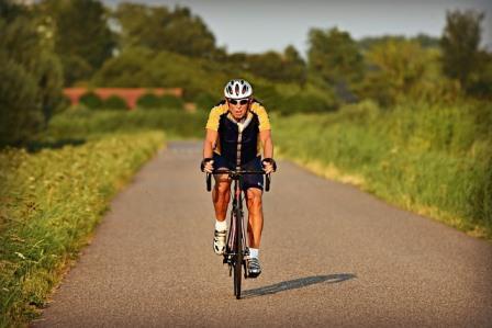 Een wielrenner kan je paardrijden vervelend verstoren. De aandachtsstijlen van Nideffer helpen je dat te voorkomen.